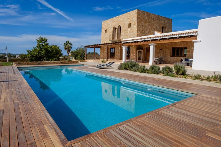 Stunning Villa Can Aldriaca with Mountain View, Wi-Fi, Balcony, Terrace, Pool, Garden & Jacuzzi; Parking Available