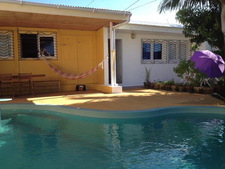 chambre verte dans maison avec piscine