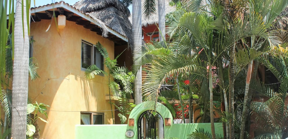 1BR/1BA central loc. 1 blk. from beach, upper lvl. - Sayulita - Daire