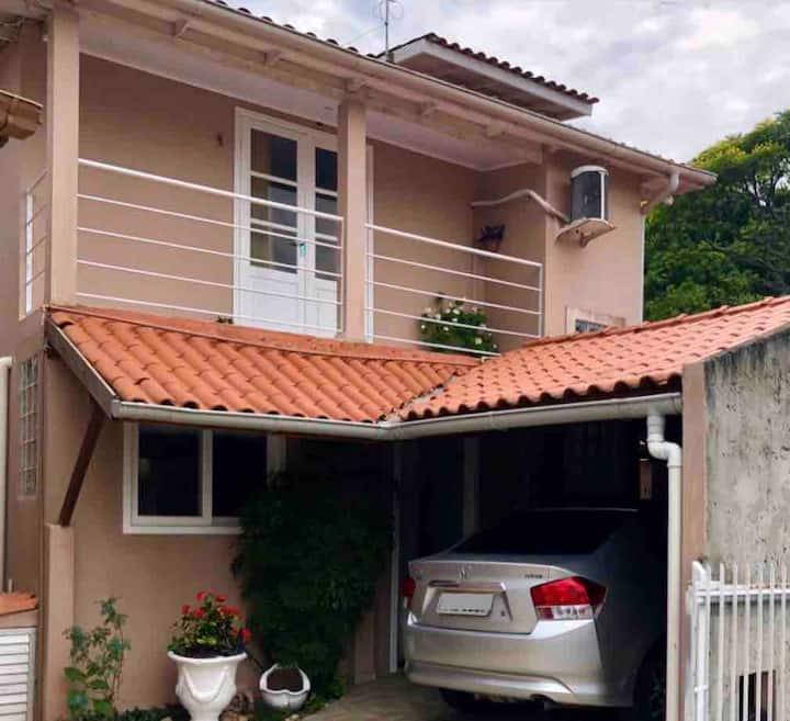 Casa em Jurerê a 500 metros da praia.