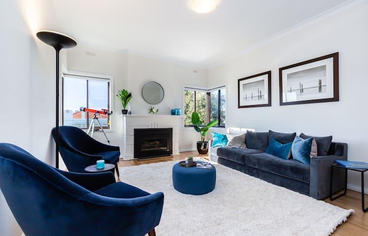 Cozy 2BDR South Melbourne Apartment with City View