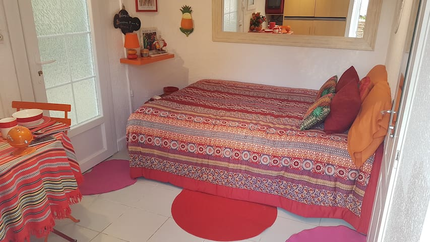 Double lit fixe, literie neuve et linge de maison de qualité. Oreillers à mémoire de forme. Coussins déco Desigual ! A king size bed with quality bed linen. Shape memory pillows. Desigual fancy cushions!