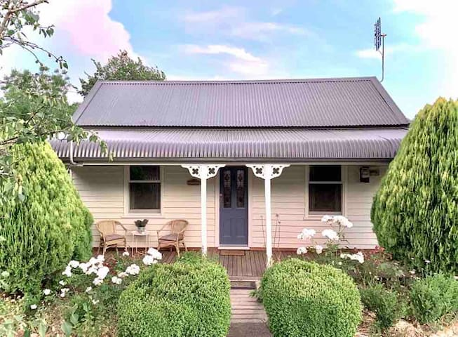 Marigold-Charming central Daylesford 1870s Cottage