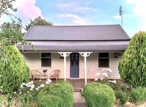 Marigold•Charming 1870s central Daylesford cottage