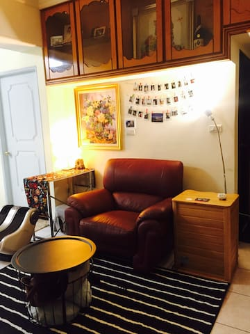 a cozy double room in convenient area跟貓住一晚(交通方便)