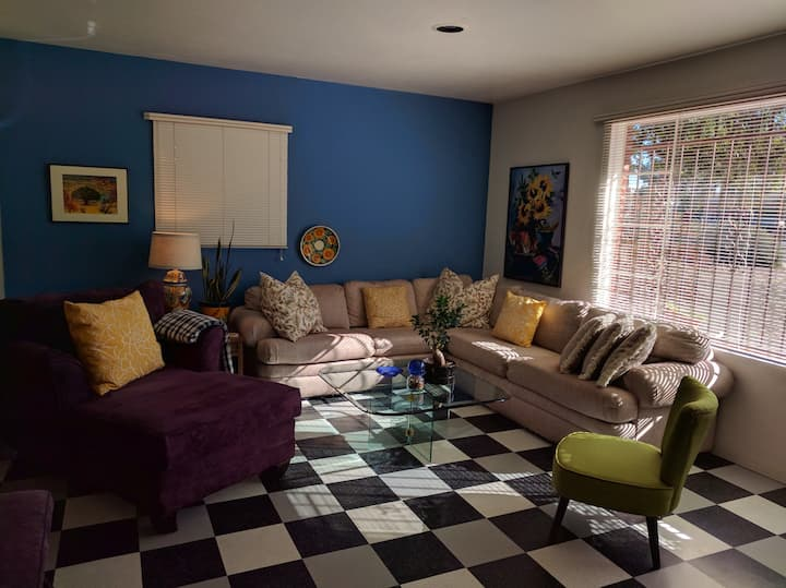 Comfortable Midtown Apartment in private home