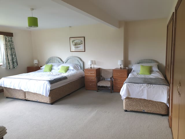 Comfy, family room ES on Cotswold working Farm