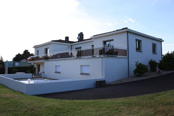 Proche Puy de fou, grande maison avec piscine - Breuil-Barret - House