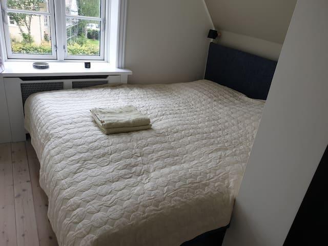 Bedroom 1. Sleeps two (180x200)