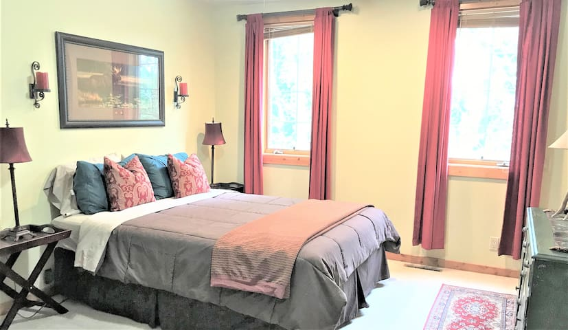 Upper level bedroom with direct access to the upper level full bath.
