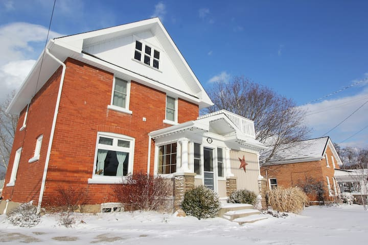 Spacious Winter Getaway In The Heart of Meaford