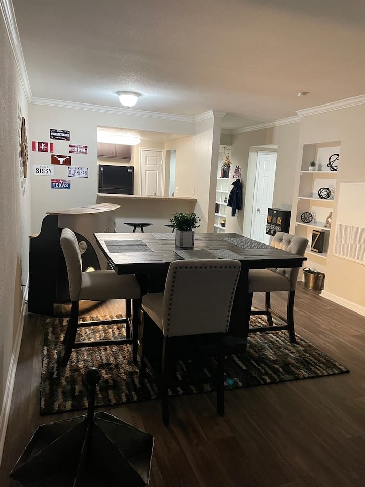 GREAT LOCATION! 2BR River Oaks near attractions