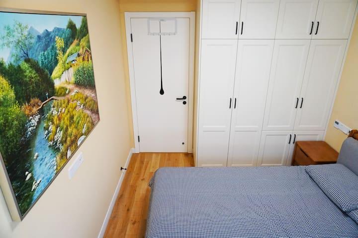 主卧--有飘窗,实木地板,面向墙挂有田园风油画;2×1.8米实木双人床;宜家及无印良品床上用品;床头柜充电方便;中央空调/地暖覆盖