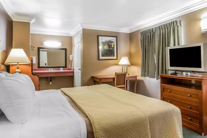 MacStay I Private King Room | Thompson & Hurst