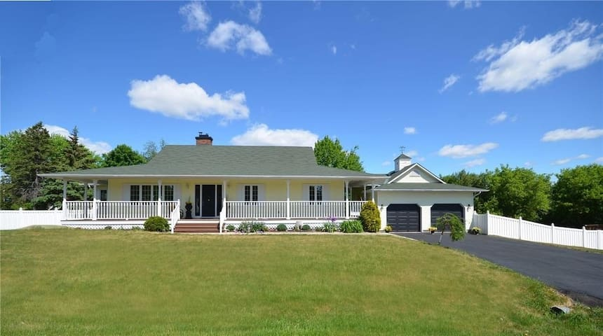 Spacious Manotick Bungalow with Country Charm