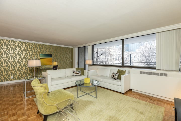 Spacious 2 Bedroom with Balcony in Ideal Back Bay Location