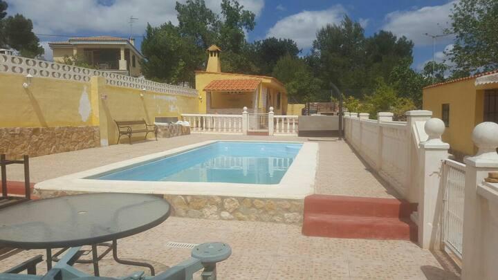 Chalet con piscina privada .