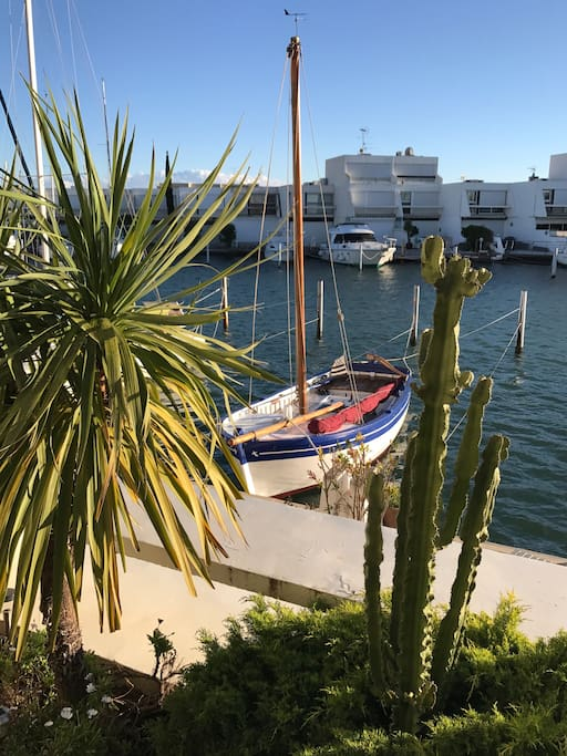 Vue du canal et de l'appontement bateau privé devant la marina