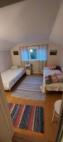 Yläkerran makuuhuone, jossa kaksi yhden hengen vuodetta.