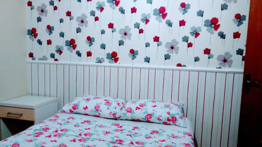 Quarto 01  ,  suíte, cama box, papel de parede alemão, guarda roupa.