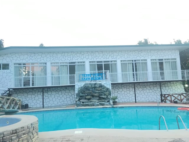 Whitehouse and Pool for 25 to 30 guests