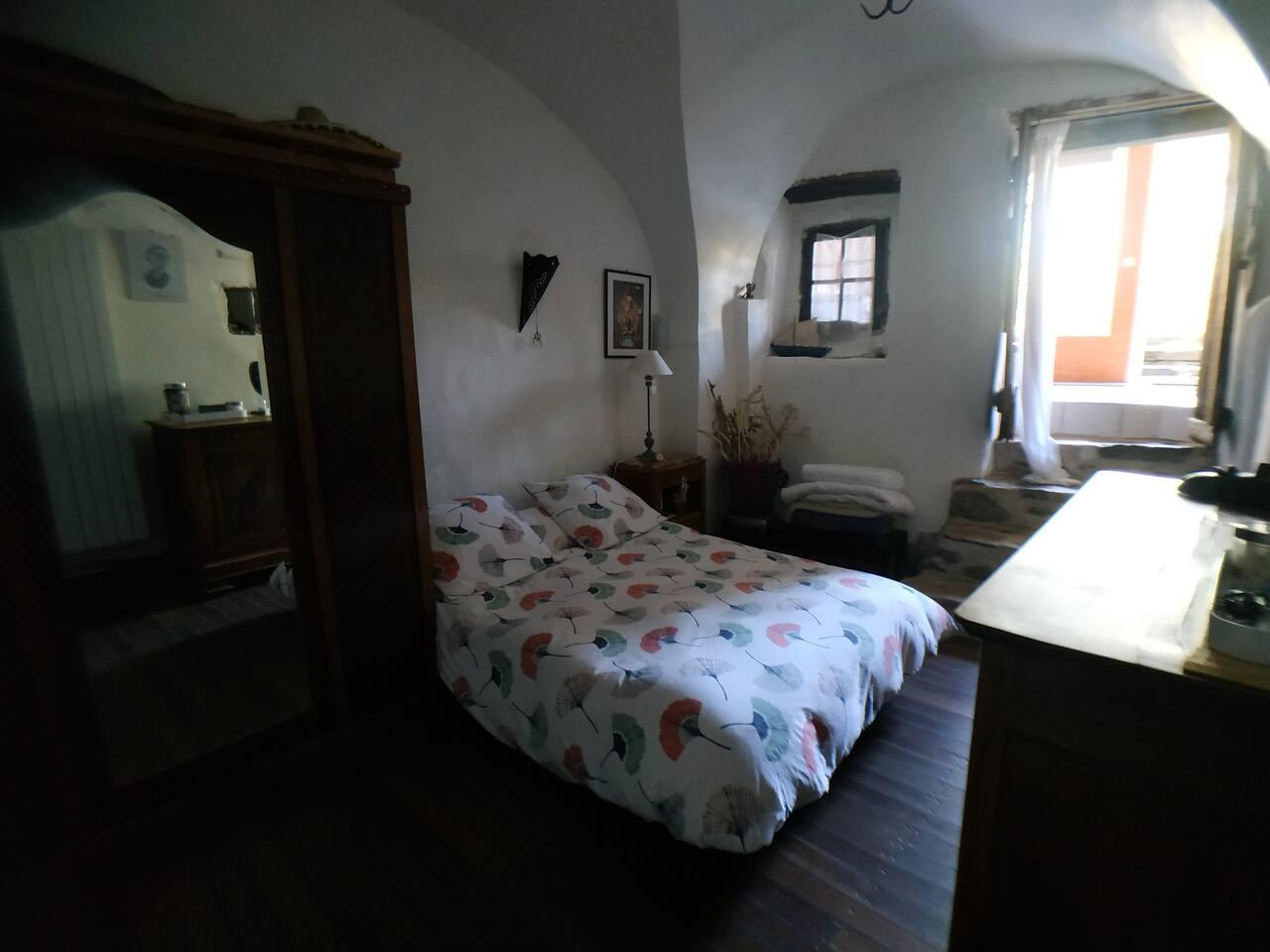 Chambre voûtée avec armoire à glace et portant avec cintres