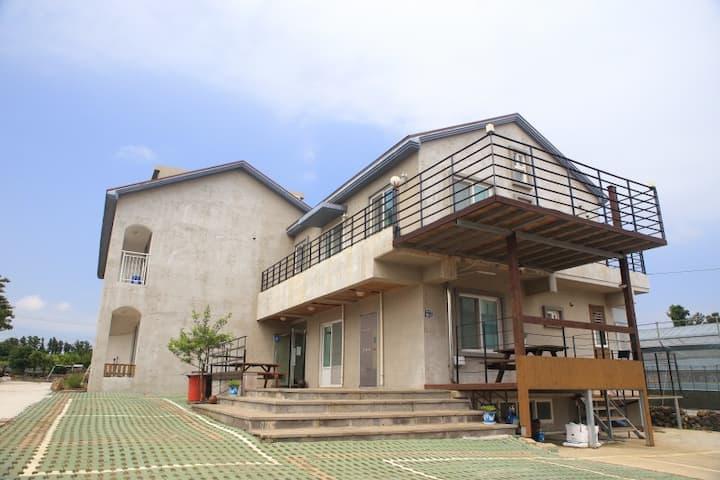 올레하우스_신관15평복층,산방산탄산온천50%할인,야외수영장356일무료,바베큐장
