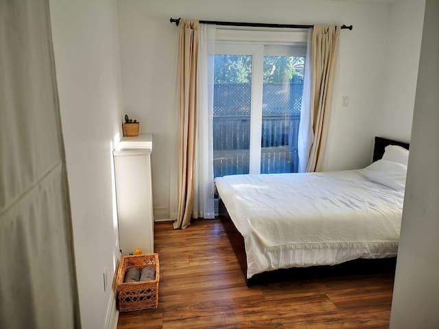 Room + big private deck in Midtown (Female Guests)