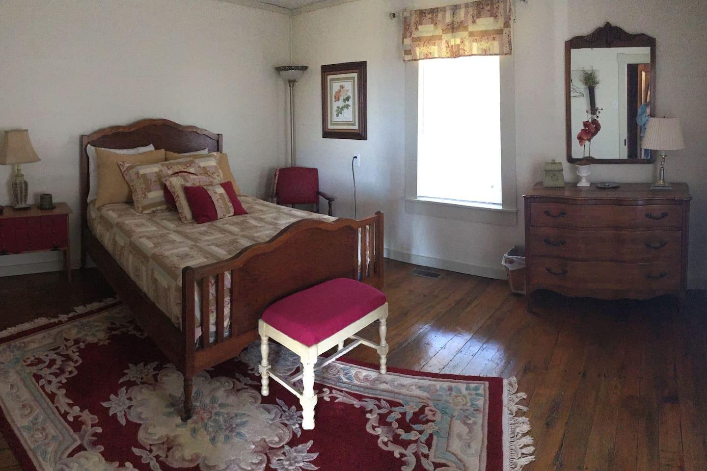 Main Level - Full Bedroom