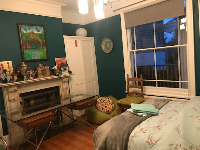 Lovely double bedroom in central location.