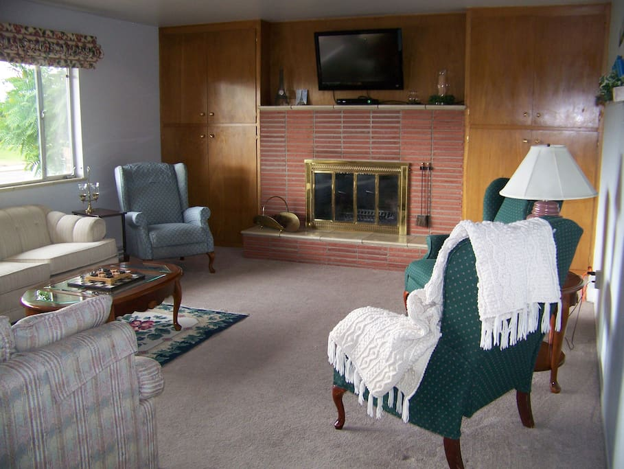 Spacious living room with fireplace and pCRT       lenty of seating.