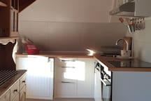 Küchenzeile mit Herd, Spülmaschine und Küchenbuffet
