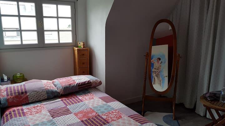 Chambre chaleureuse dans charmante maison calme.