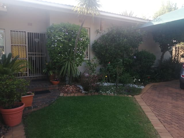 Relax in Milfords' Peaceful Place - Close to N1
