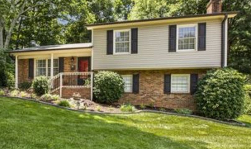 Cute home- Private level- 5 miles from Uptown