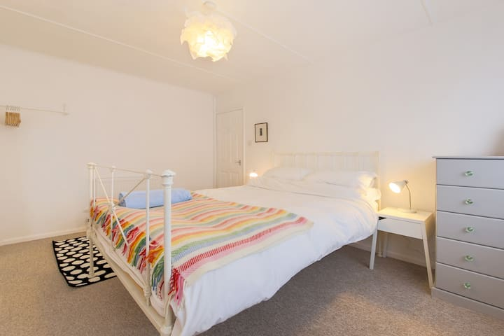 Bright, modern St Ives apartment with parking - Saint Ives - Apartemen