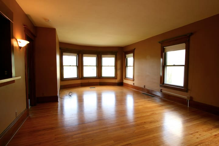 Spacious one bedroom apartment, we love your pets!