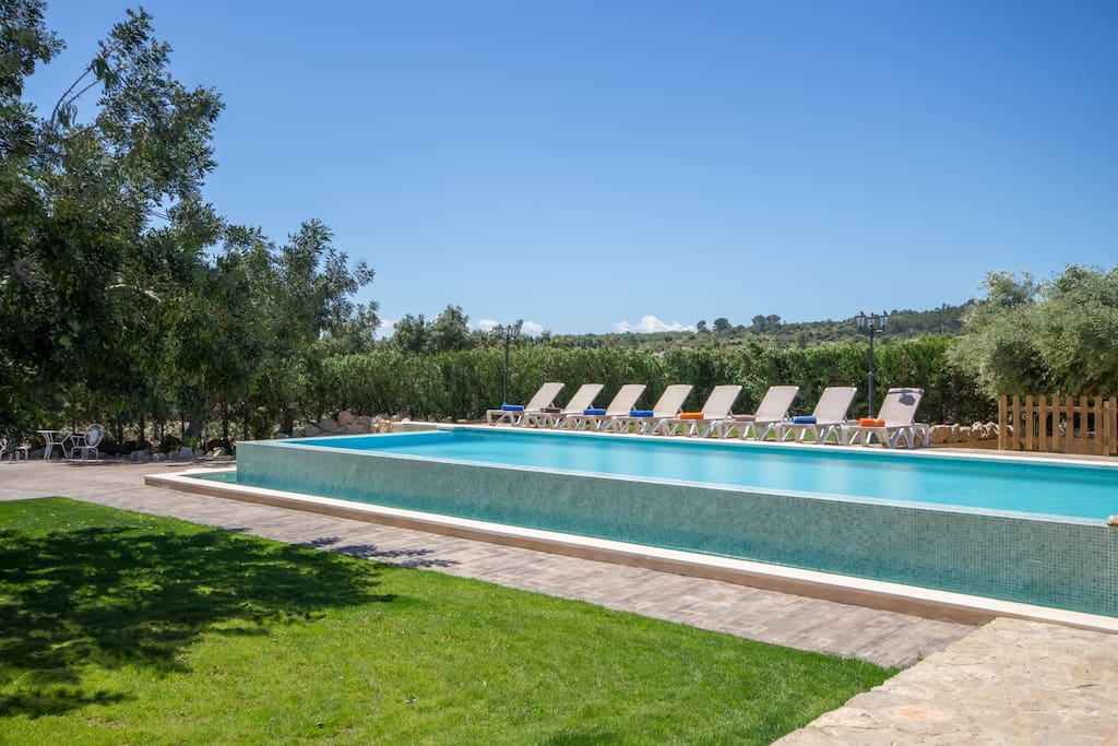 Large Infinity-Pool with sun beds