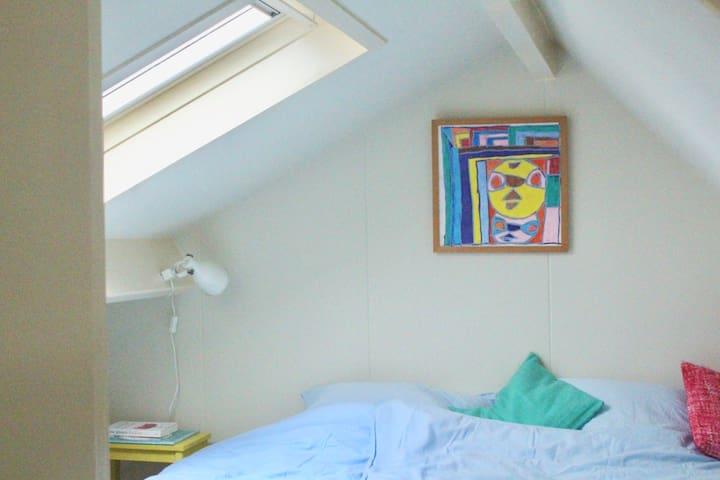 Ook in de slaapkamer op de vide is 't lekker slapen op de boxspring-matrassen.