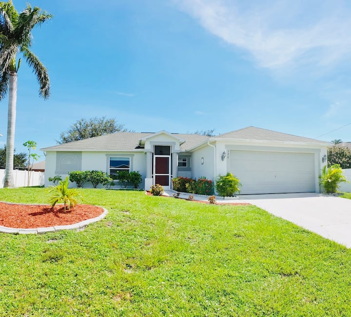 Queen in the Center of Cape Coral, Great Location!