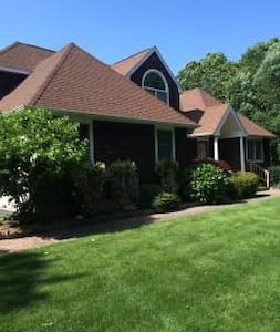 Fun, Very Private, with pool in Hamptons. - East Quogue - Hus