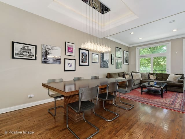 ★ FULTON MARKET TOWNHOUSE★ a magical and modern city getaway, dining room with seating for 8, open to the living room and perfect for a large group of friends