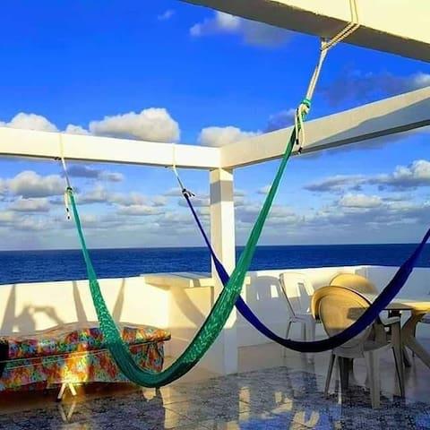 Terraza de uso común. Con hamacas y camastros con espectacular vista al océano. Se cierra a las 8 p.m.. silencio!