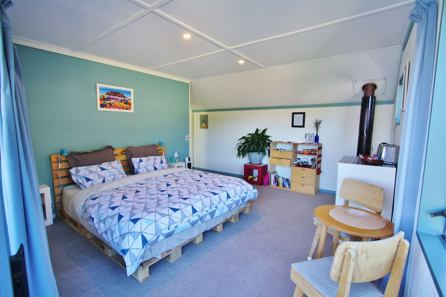 Sunny spacious warm room with comfy super king size  bed, balcony with lake and mountain views, private entry. Private upstairs level.