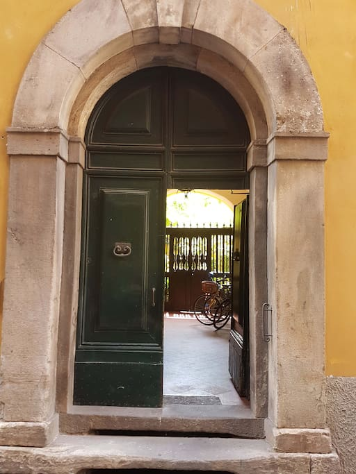 Entrata del palazzo - Front entrance