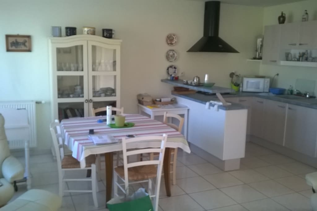 La cuisine équipée est spacieuse et lumineuse.