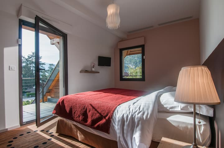 Talloires, 5 Person Duplex facing the Beach