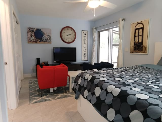 HUGE King Bed Suite ★Private Entrance ★Pool ★Patio