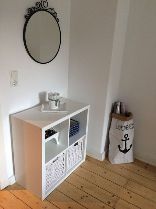 Das Schlafzimmer bietet viel Platz