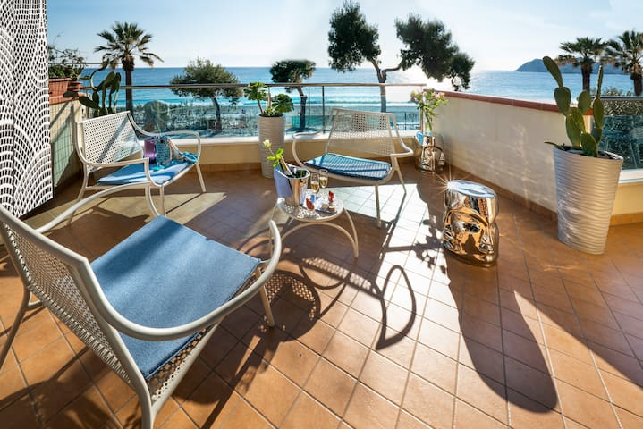 Luxury Beachfront Apartment Taormina w. Parking